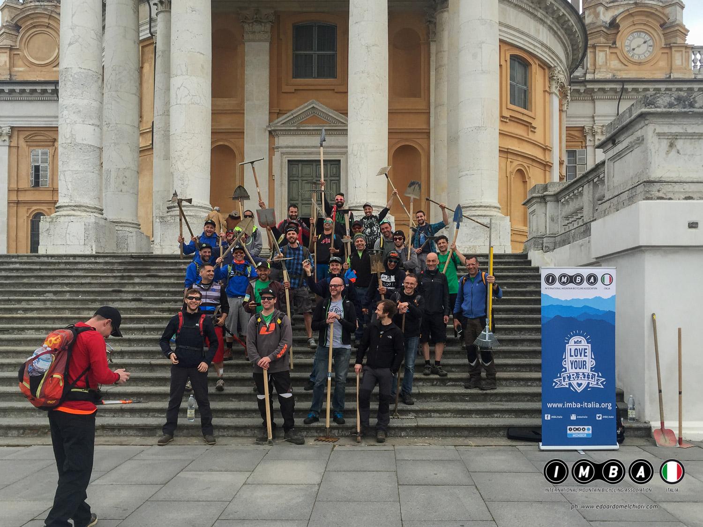 Foto di gruppo alla Basilica di Superga durante il corso di trail building IMBA Italia di Torino