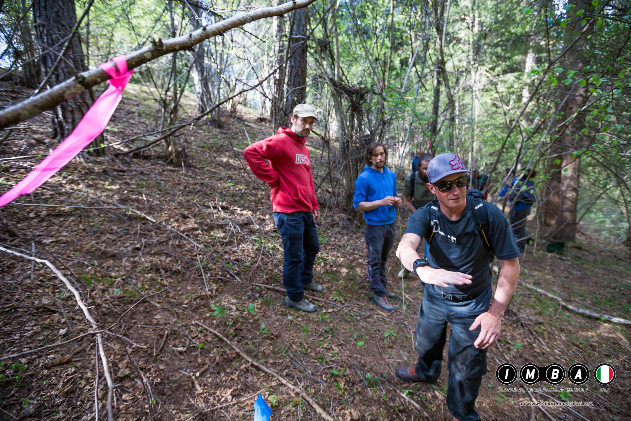 Un istruttore IMBA in una fase di un corso trail building school