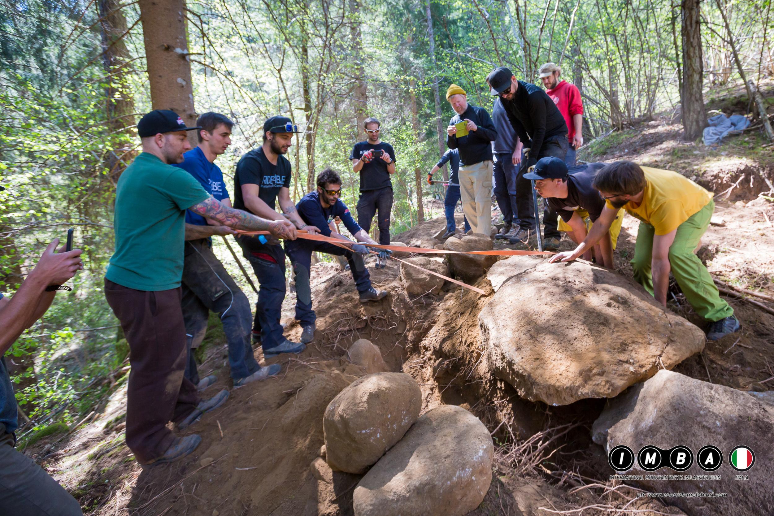 I corsisti IMBA Italia lavorano alla costruzione di una sponda ad un corso di trail building